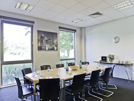 A corporate open plan office suite within a high profile business centre. Provides high quality offices with 3 internal meeting rooms. The offices are fully furnished and set within the 2nd floor with natural night and has an impressive high-ceiling.