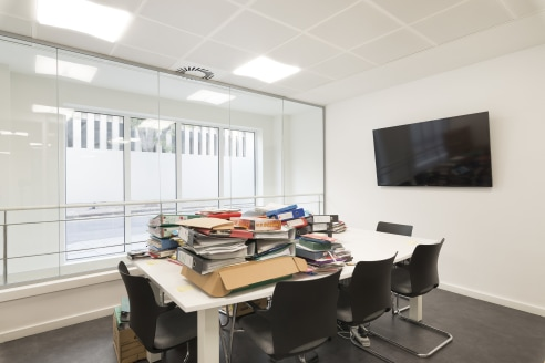 Fully fitted - 1 executive office, 8x person meeting room, open plan area, kitchen and break out area - to be let on assignment/sublease