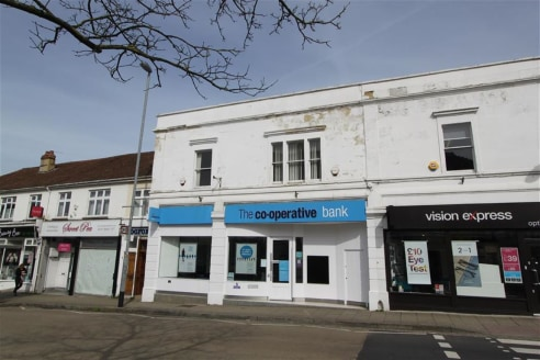Rare opportunity to purchase a substantial commercial freehold property situated in the heart of Westbury On Trym village. The property was previously occupied by the Co-Operative bank but is to be offered for sale with vacant possession. The accommo...