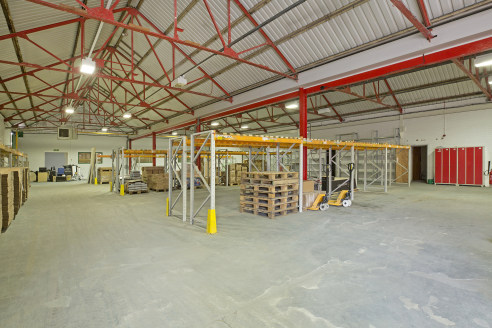 102 Kirkstall Road offers a mix of industrial and offices facilities. The available industrial / warehouse space comprises the following;   G1 - A single storey industrial unit extending to 11,964 sq ft with the following specification;   - 2 X rolle...