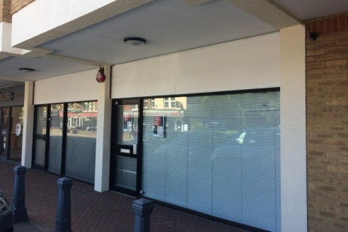 Property Type\nRetail\n\nAvailability\nTo Let\n\nSize\n843 sq ft\n\nRent\n£27,500 per annum\n\nBusiness Rates\n£9,206.25 per annum (based on rateable value of £18,750)\n\nEnergy Performance Rating\nUpon enquiry\n\nA1/A2 Lock Up Reta...