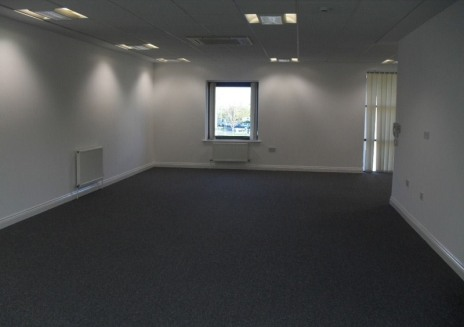 The fIrst floor offers an open plan workIng space and benefIts from fItted carpets, suspended ceIlIng, LG complIant lIghtIng, comfort coolIng and WC facIlItIes. The entrance to Castle Court Is controlled by a securIty barrIer and the offIce benefIts....