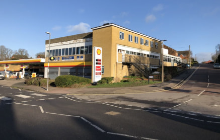 Tring is situated between Aylesbury and Hemel Hempstead, via the A41, circa 10 miles.The unit is situated near Tring town centre. The unit can be found within a purpose-built development to include a petrol station and motor trade MOT and service cen...