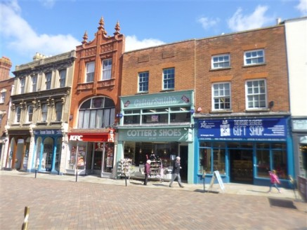 The property has been refurbished throughout and available freehold with vacant...