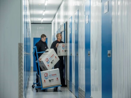 Self storage units from 25 to 140 sq.ft available on flexible lease terms. See accommodation schedule. Accommodation The followoing units are available : . INDOOR UNITS 5ft x 5ft 25 sq.ft £10 per week for first 8 weeks then £20 per week t...