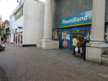 <p>Three High Street units on a pedestrianised pitch in Banbury town centre opposite Castle Quay Shopping Centre. &nbsp;Banbury is an affluent market with a population of circa 47,000. &nbsp;</p><ul>  <li>Would suit retail, leisure or business use, s...
