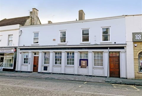 Grade II listed former Natwest bank of approximately 2,400sqft with additional first floor offices of approx 870sqft situated on the High Street in Keynsham. The accommodation offers potential for residential conversion to the rear and first floor, a...