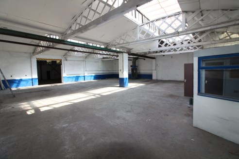 Under Offer]\nLarge Warehouse Premises To Let With YARD - Total NIA - 4,671 ft2 (433.94 m2)...