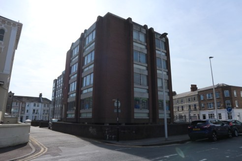 South East Freehold Office and Residential Development / Conversion Opportunity.  Planning application submitted for conversion and new build of 22 one and two bedroom luxury apartments.  Suitbale as an office or alternative uses such as a hotel, stu...