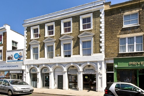 A LOCK UP SHOP (A1) IN CENTRAL NOTTING HILL ADJACENT TO PORTOBELLO MARKET\n\nOverview\n\nTo Let\n\nThe part glazed frontage is framed by attractive twin Roman arches, which lead to an open plan retail area and under stair W/C. The retail area has dro...