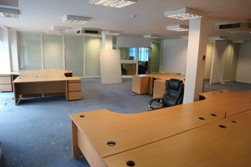 Prominent ground floor open plan office / showroom (stp) For Sale or To LET