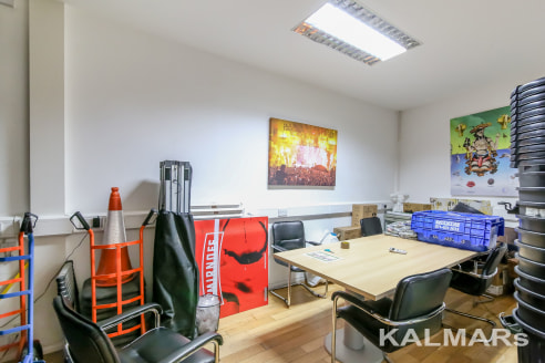 SE1. LONG LEASE 900 YEARS PLUS. 1215 sq ft/ 107.5 sq m N.I.A   A modern, ground floor office set within in purpose-built development. The space is predominantly open-plan and benefits include wooden flooring and under floor trunking. Originally one l...