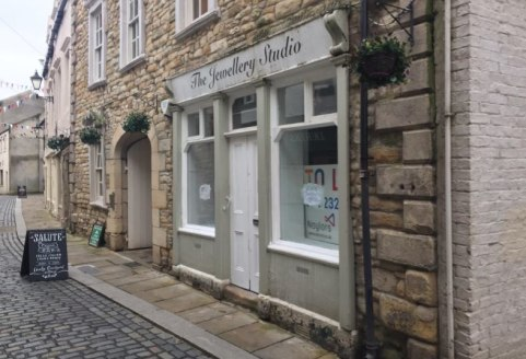 RETAIL UNIT - HEXHAM   Prominent Location   Affluent Market Town   £6,000 per annum   Flexible Lease Terms   100% Rates Relief for Qualifying Businesses   DESCRIPTION  The property comprises a small ground floor retail unit and benefits from a part g...