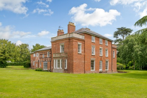 A beautIful GeorgIan property * An excellent busIness set up wIth a wealth of hIstorIc features Internally * SIgnIfIcant potentIal for further IntensIfIcatIon of the leIsure and profItable B&B busIness * StunnIng vIews and parkland In 13.7 acres of g...