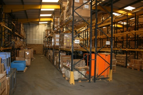 Stand alone industrial/warehouse unit with large yard