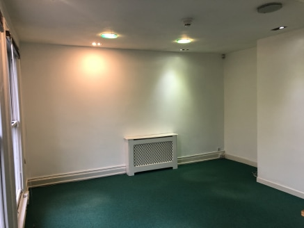 First floor office fronting onto London Road. In close proximity to shops, restaurants and other high street facilities  All the offices are fully carpeted with painted plastered walls with red feature wall and blinds on the windows.   There are comm...