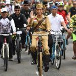 Jokowi Peringati Hari Pahlawan dengan Bersepeda Ontel