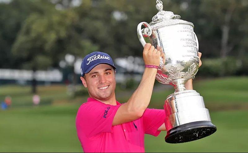 Justin Thomas Titipkan Trofi PGA Championship pada Rickie Fowler