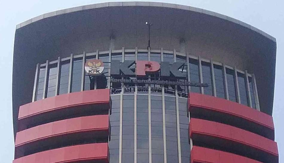 KPK Tahan Bupati Tulungagung Syahri Mulyo