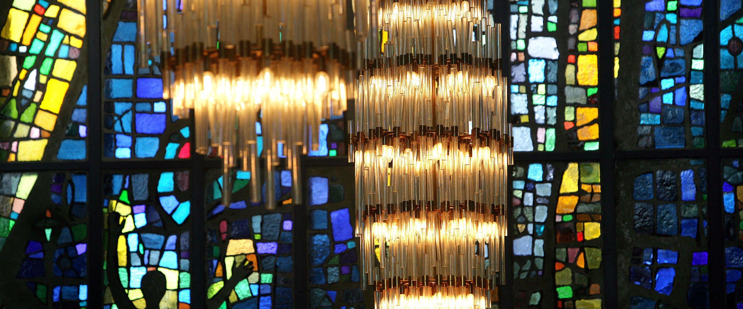 Interiør, glasmaleri og lysekruner i Ishavskatedralen
