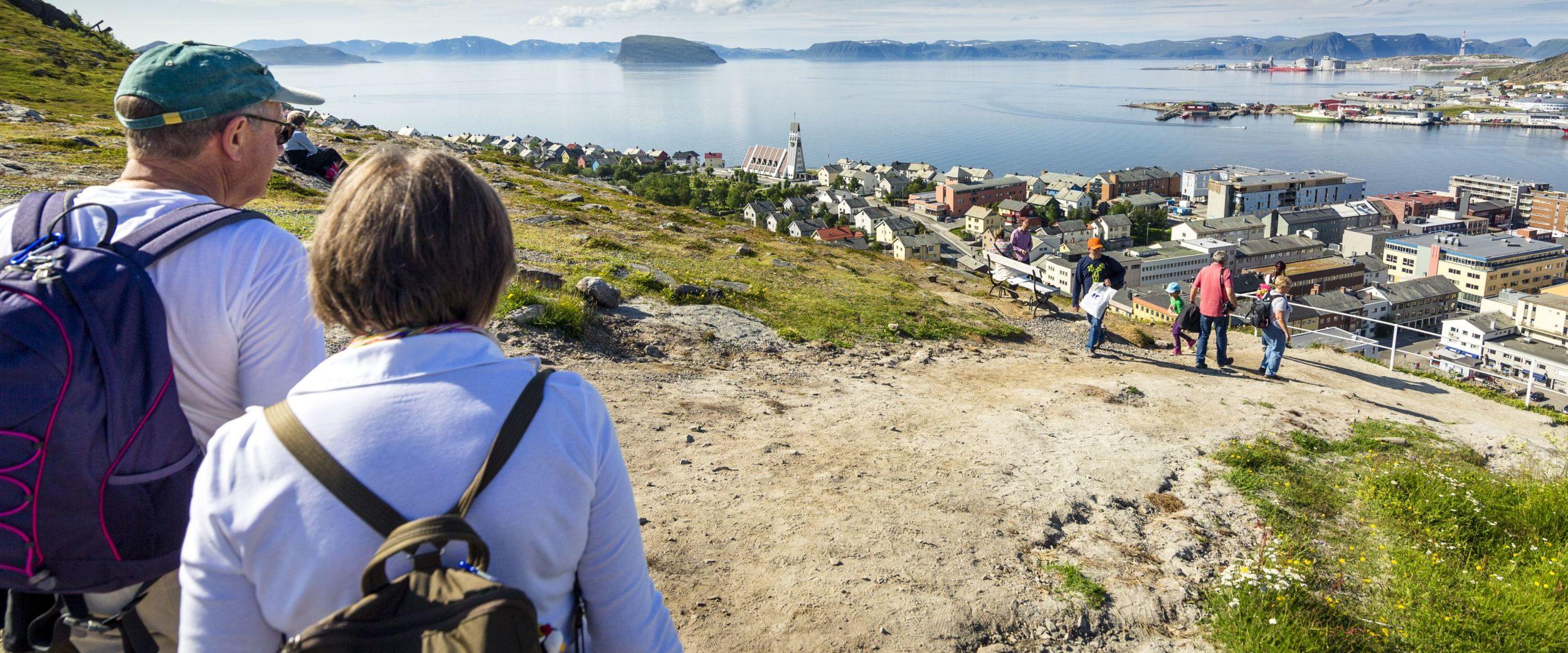 Viewpoint Salen. People enjoying the view of Hammerfest on a sunny day. Photo: Ziggi Wantuch.
