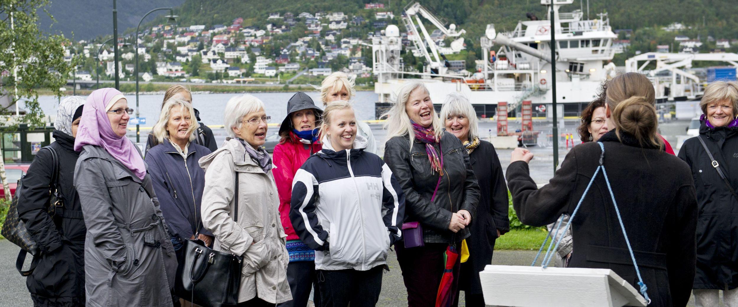 Folk som er med på vandreteater i Tromsø
