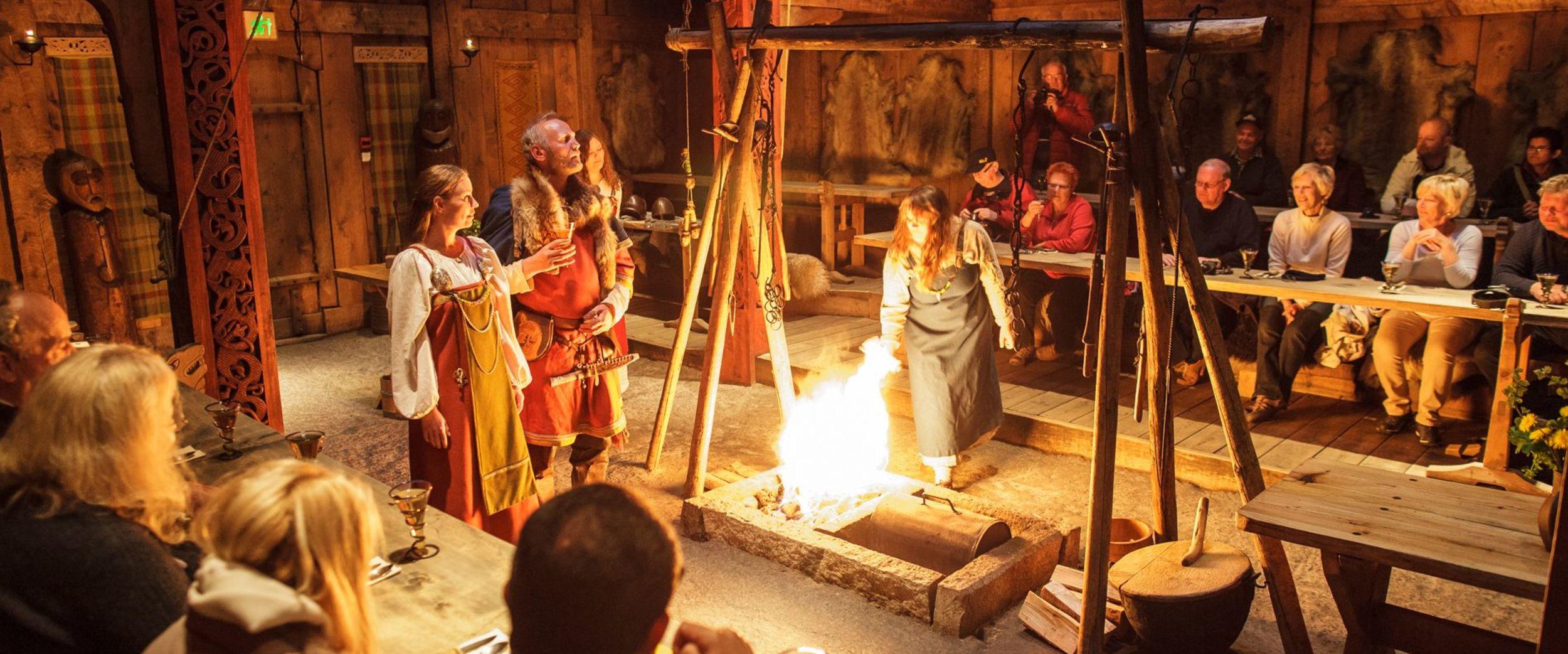Inne på besøk hos husfrua og vikinghøvdingen på Lofotr vikingmuseum