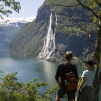 People enjoying the view from Skageflå to the Seven sisters waterfall. Photo: Terje Rakke