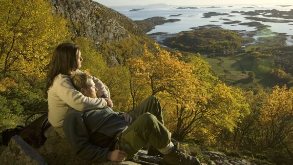 Couple enjoying the vieuw from Torghatten. Photo: Terje Rakke, visithelgeland.com
