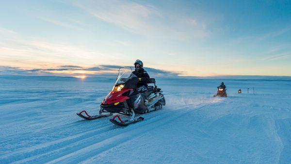 Snowmobiling in the arctic. Photo: Ørjan Bertelsen.