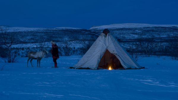 Sami tent with a bonfire in the polar night. Photo: Terje Rakke, visitnorway.com