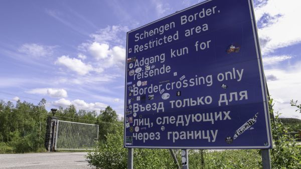 Road sign in Kirkenes at the russian border written with cyrillic letter. Photo: Kirkenes Snowhotel