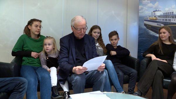 Per Sævik with his grandchildren.  Photo: Arne Flatin/NRK