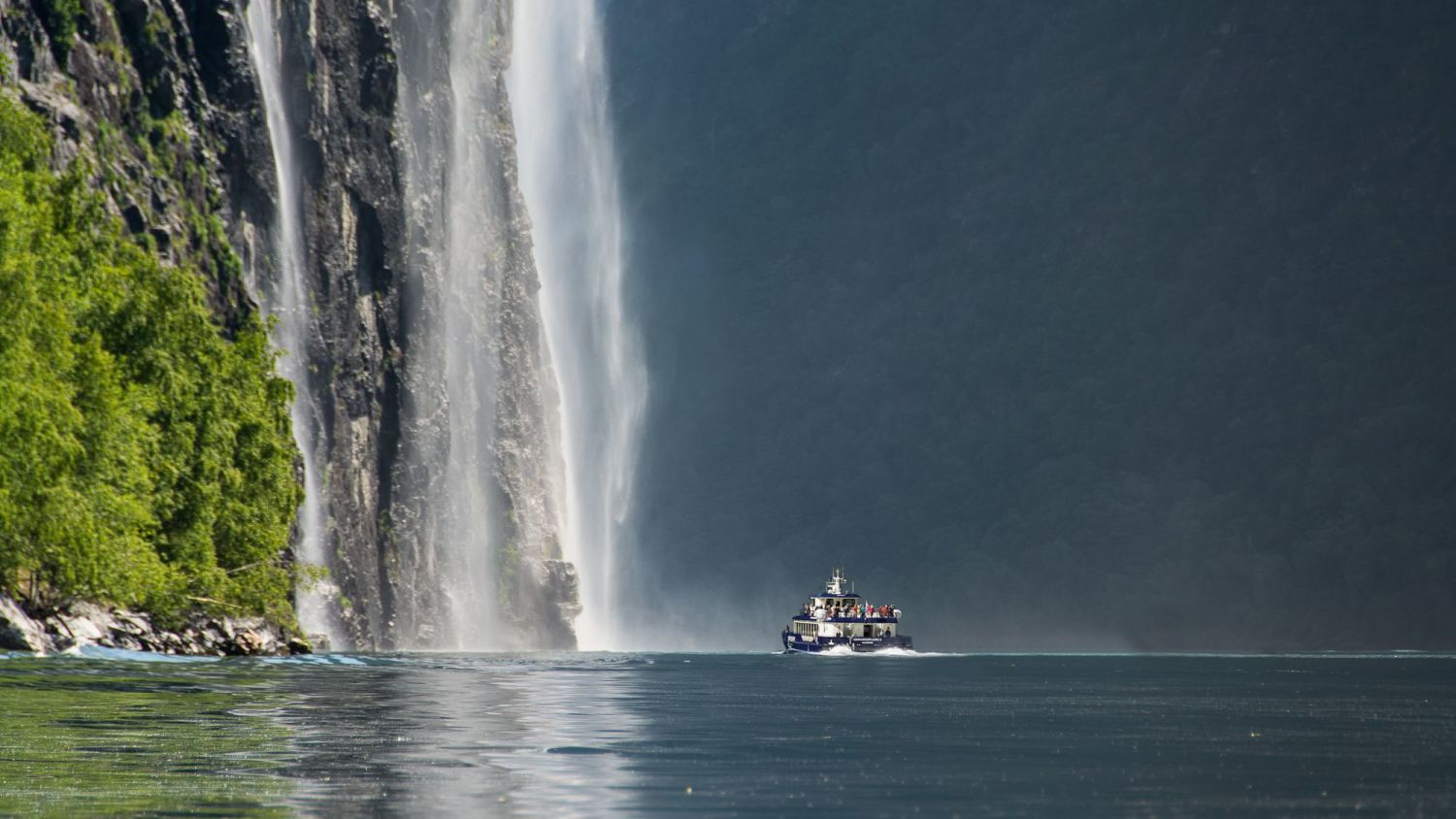 Fjordcruise close to whirling waterfalls in Geiranger. Photo Iberis Tacer/Geiranger Fjordservice
