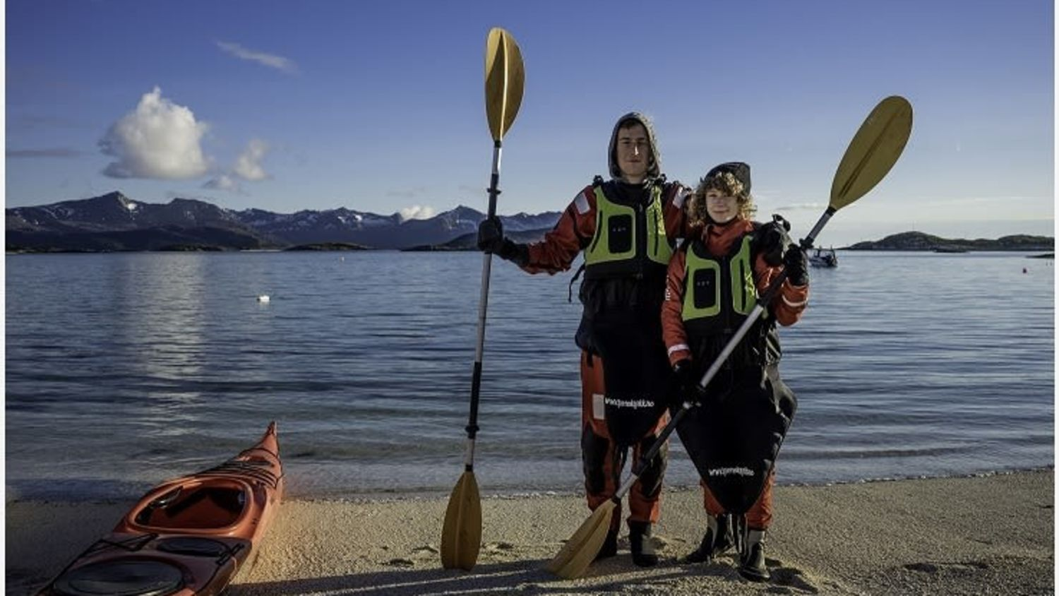 Happy people on a beach after kayaking. Photo: Victor de Coen