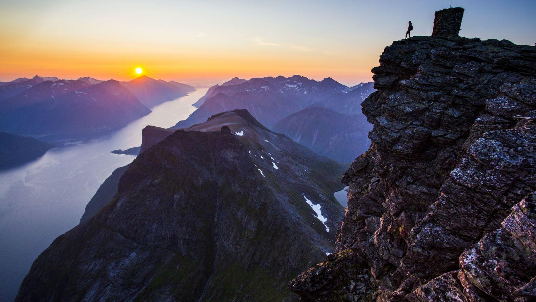 Hjørundfjorden in the sunset. Photo: Håvard Myklebust, fjellfotografen.net, Destinasjon Ålesund & Sunnmøre