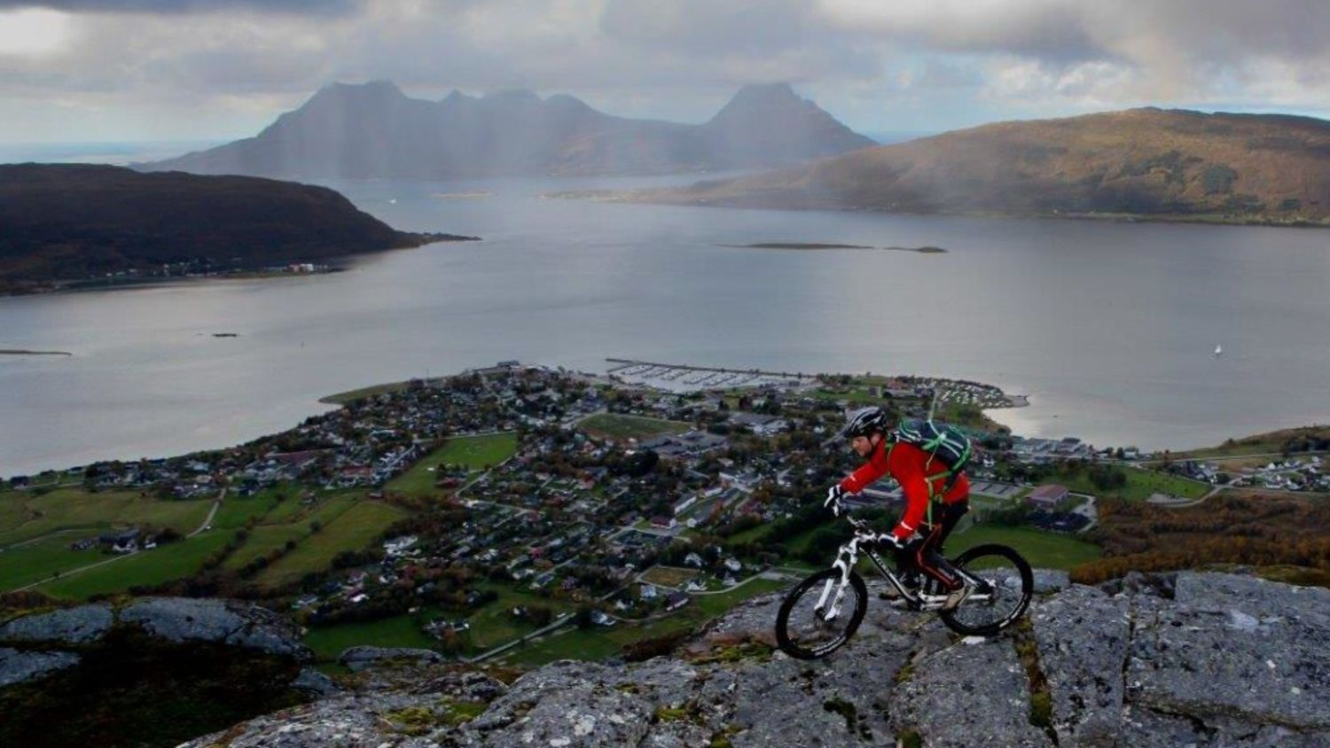 Cycling at a mountain in Nesna, photo: Halvor Hilmersen, Helgeland reiseliv