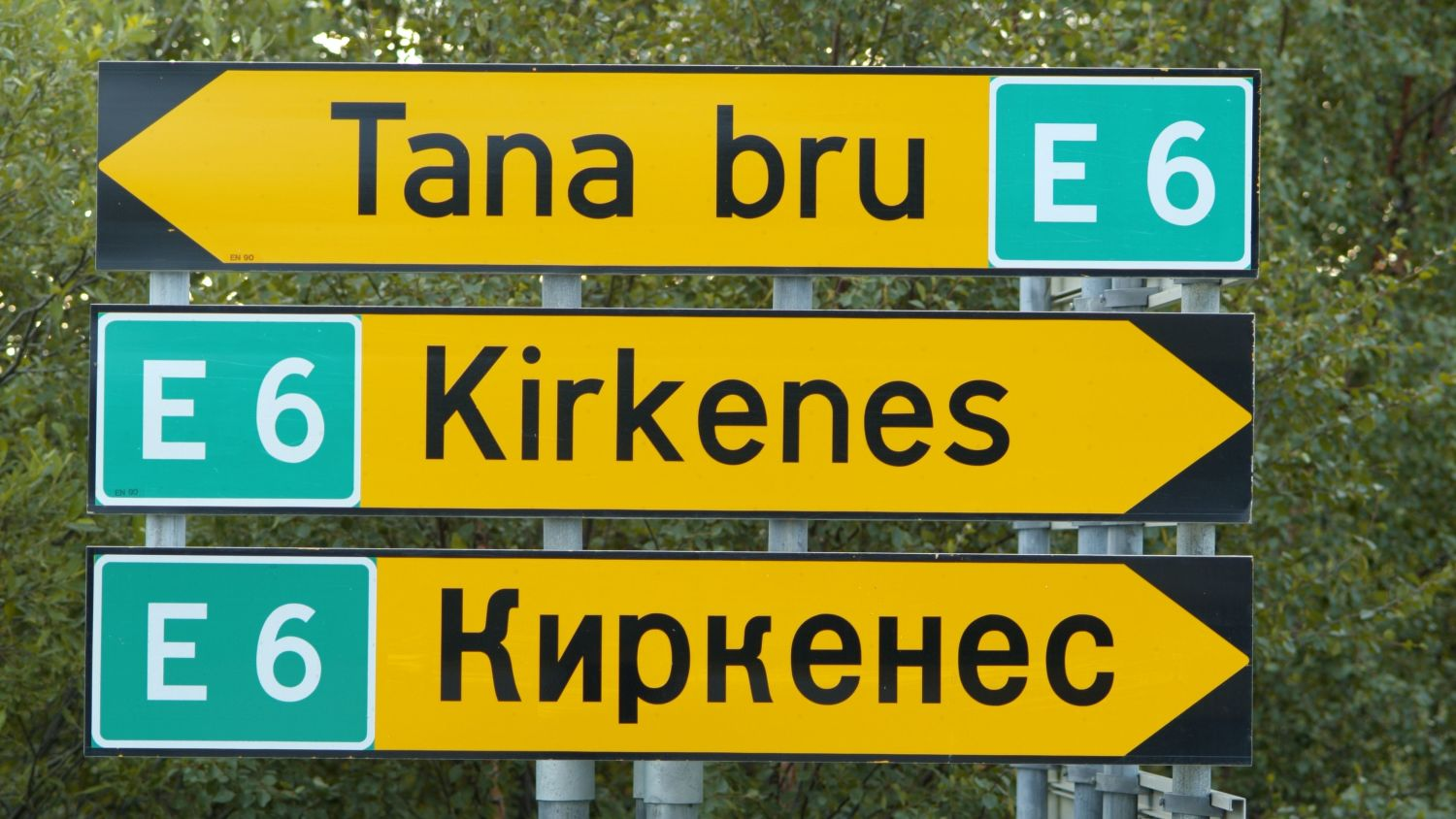 Road signs from Kirkenes written with both latin and cyrillic letters. Photo: Trym Ivar Bergsmo, nordnorge.com