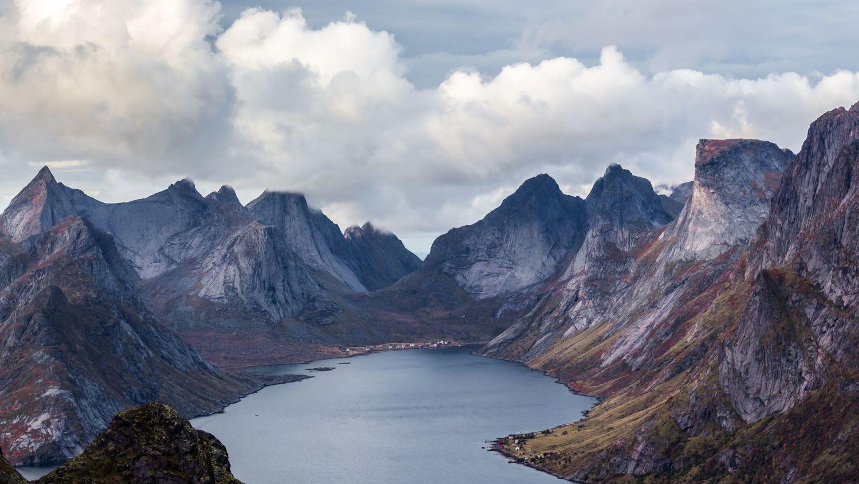 Reine in Lofoten, mountains around a fjord. Photo: Ferdinand Stohr, unsplash