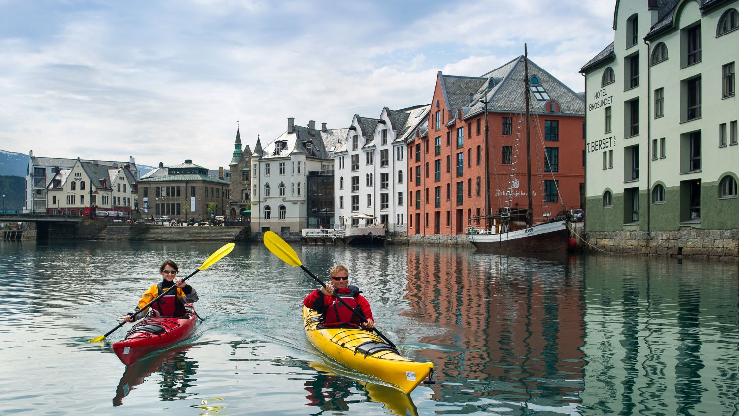 Couple kayaking in Brosundet Ålesund.