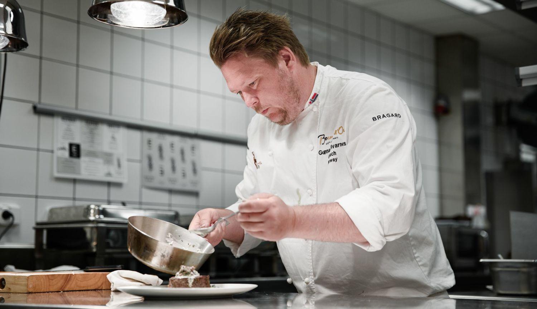 Gunnar Hvarnes prepareing a dish from one of Havila's menus.