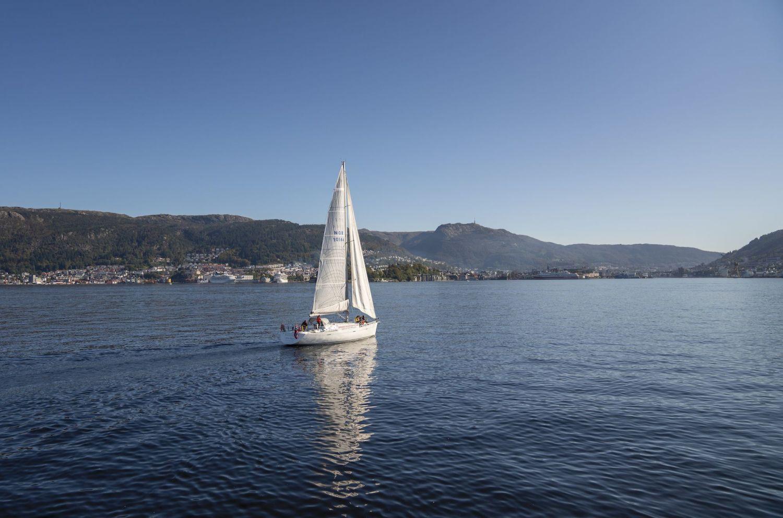 Seglbåt utanfor Bergen ein sommardag