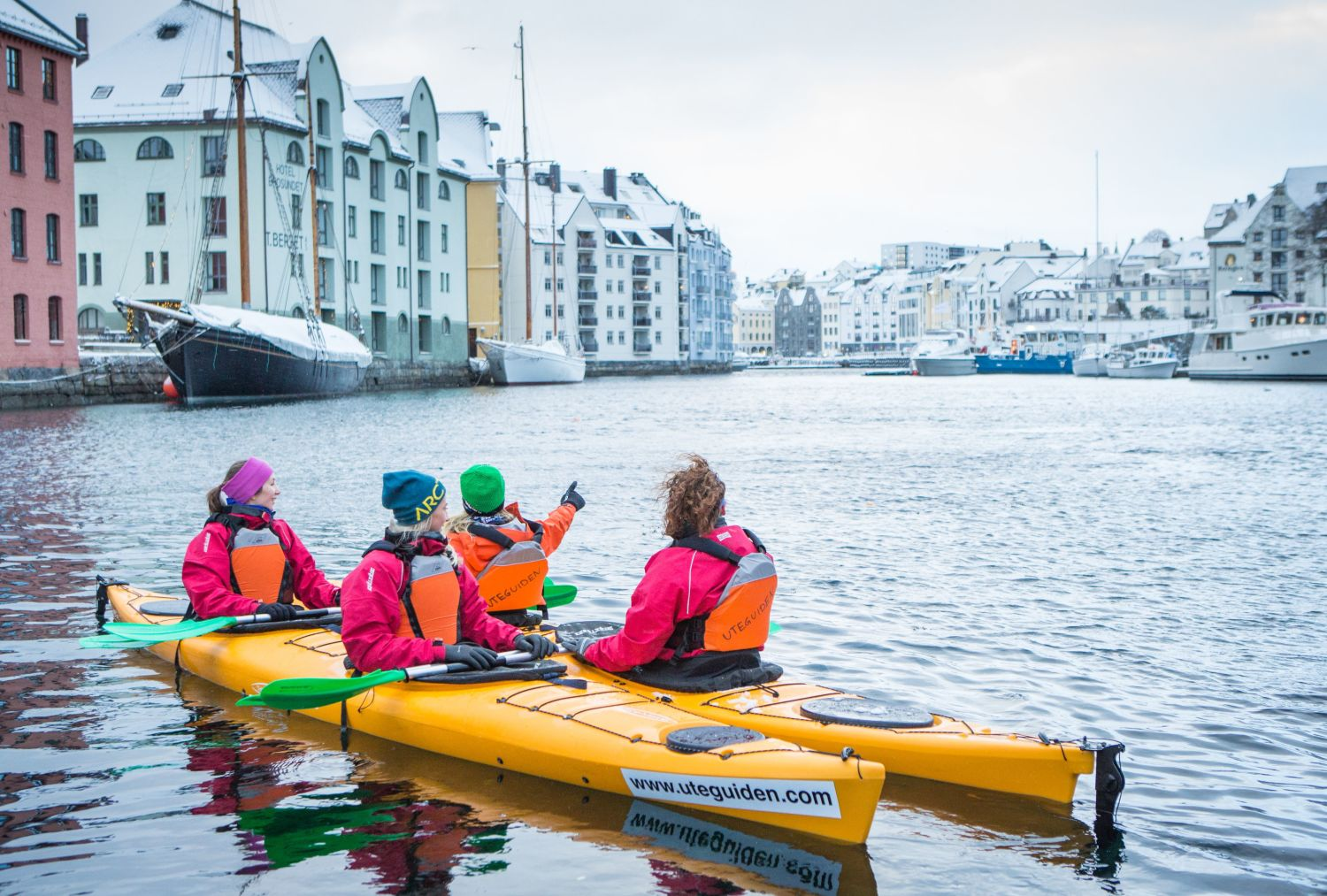 People kayaking in Ålesund in the winter