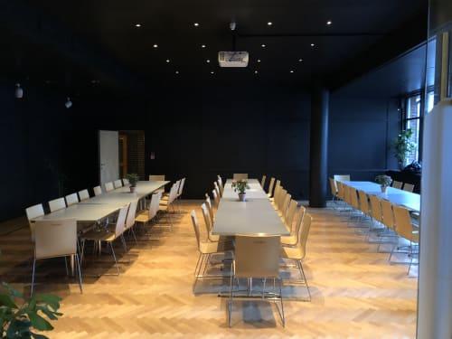 Arrangementslokaler - Langbord i den mørke delen av arrangementslokalene. Her får man plass til 70 personer - eller opp til 130 personer om man bruker begge rom