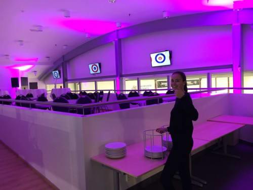 Kafe Jartreffen - Kafé Jartreffen med isflater på begge sider av rommet (skøyteis + curling) Kjøkken i umiddelbar nærhet - kapasitet 50-60