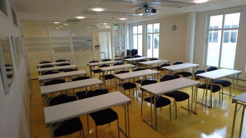 Møterom - Klasseromsoppsett 13 bord / 26 plasser