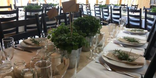 1. Kaféen - Nærbilde av dekket bord.