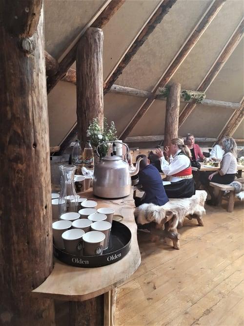 Sagatinget - Tinget er et sirkelrundt rom, som har alle fordeler av nettopp det. Perfekt for foredrag,  presentasjoner og små workshops. Plass til artister med dans og sosialt!