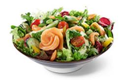 Saisonale Salatmischung mit Lachs Sashimi