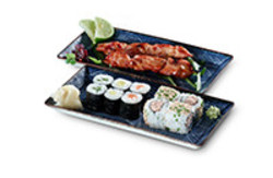 Bento Box Sushi Lunchbox mit Yakitori Spiessen Maki und Inside Out Rollen